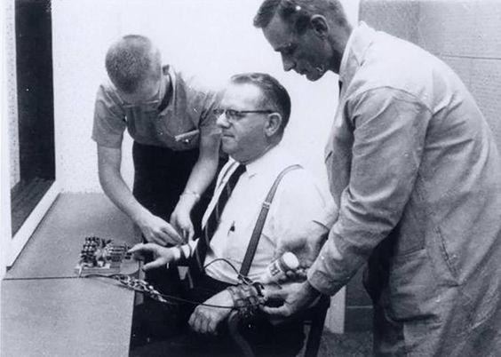 Reguła autorytetu, Argumentum ad verecundiam i eksperyment Milgrama. Dlaczego ludzie na oślep słuchają ludzi w mundurze? (2 SZOKUJĄCE doświadczenia) 2